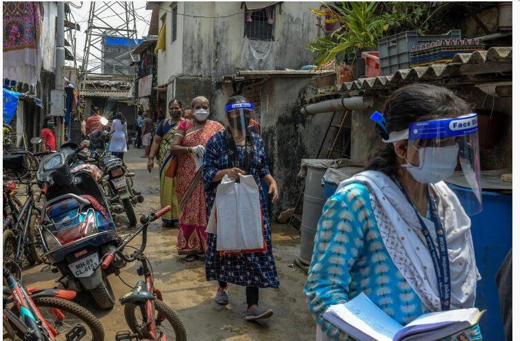 Les agents de santé de la Mumbai Municipal Corporation pénètrent dans une zone densément peuplée de la ville pour retrouver les personnes qui sont entrées en contact avec des patients COVID-19. Photo : Le Fonds mondial